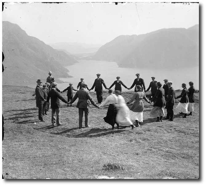 game-sla-pa-ring-circa-1910-stongfjorden-sogn-og-fjardaneno-seen-on-flickr