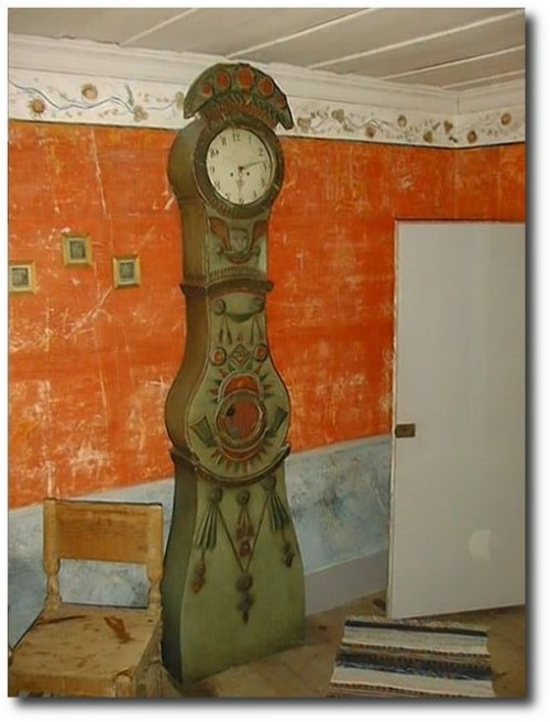 THIS is not an ordinary Mora clock - this is the rare Ångermanland Bride! The cases were made by local carpenters around 1820-1840.